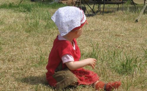 Unser Lagerbaby untersucht die Wiese